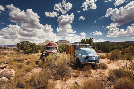 Oude roestige auto's in verlaten stad langs de historische US Route 66, Arizona