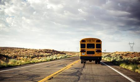 米国、道路上の黄色のスクールバス 写真素材 - 25724810