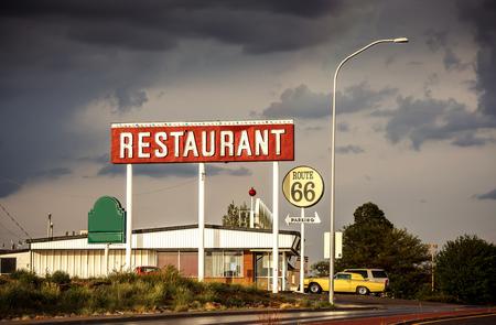 Muestra del restaurante a lo largo de la histórica Ruta 66 en Texas. Procesamiento de la vendimia.