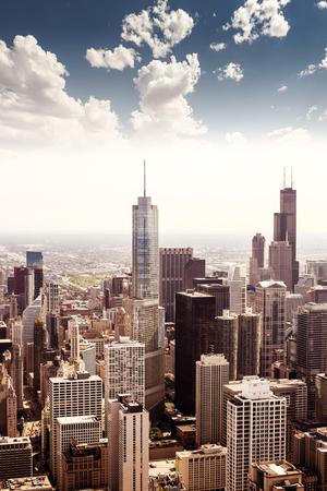 シカゴ、イリノイ州、米国で。高層ビル街のスカイライン。