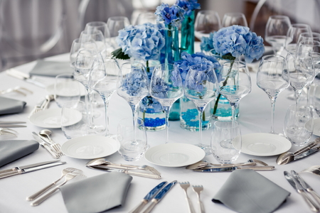 レストランでの結婚式のテーブルの設定