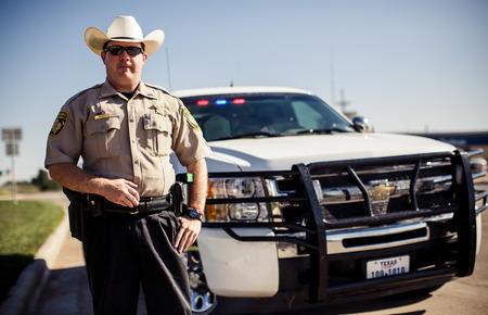 TEXAS, USA - 5 augustus 2013: Politieagent in Texas op 5 augustus Adrian, USA Redactioneel