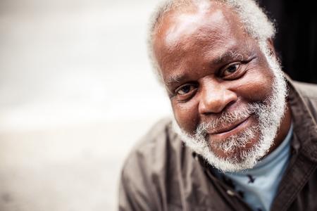Illinois, USA - 9 sierpnia 2013: portret starszego mężczyzny w czarnym Chicago dnia 9 sierpnia 2013 roku, w stanie Illinois, USA Publikacyjne