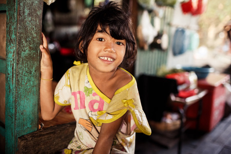 Kampong Phluk, Cambodja - 1 januari: Portret van een onbekende Khmer meisje op Tonle Sap meer in Kampong Phluk, Cambodja op 01.2014 januari .Het is het grootste meer in Zuidoost-Azië (tot 16.000 vierkante km).