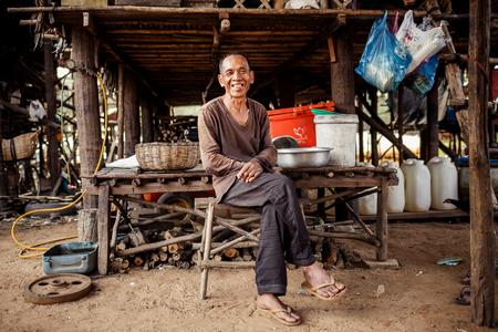 hombre pobre: KAMPONG Phluk, CAMBOYA - 01 de enero: Retrato de un hombre no identificado Khmer en el lago Tonle Sap en Kampong Phluk, Camboya en enero 01,2014 .Es el lago más grande en el sudeste de Asia (hasta 16.000 kilómetros cuadrados).
