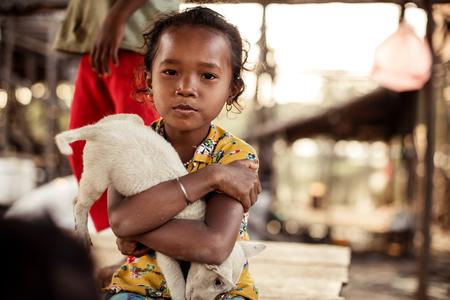 arme kinder: KAMPONG Phluk, Kambodscha - 1. Januar: Porträt eines identifizierte Khmer Mädchen auf Tonle Sap See in Kampong Phluk, Kambodscha auf 01.2014 Januar .Es ist der größte See in Südostasien (bis zu 16.000 km ²).