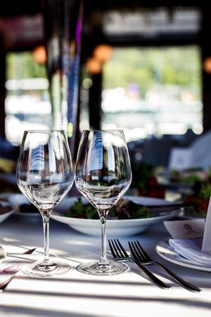 Lege glazen in restaurant Stockfoto