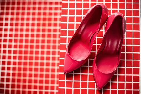 tacones rojos: Zapatos femeninos rojos