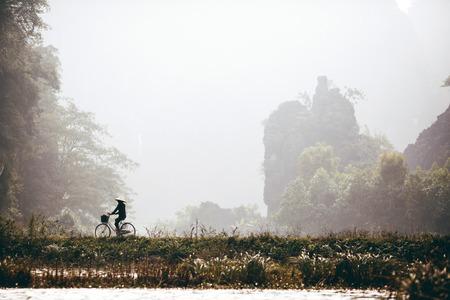 Mężczyzna jedzie rower
