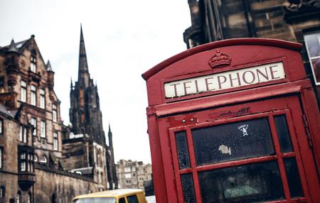 cabina telefonica: Cabina de tel�fono roja en Edimburgo Editorial