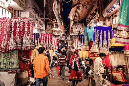 textil: JAIPUR, INDIA - 9 de enero, 2015: La gente en la tienda de textil local de la tradicional sari indio el 9 de enero, 2015, en Jaipur, India