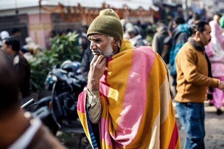 hombre pobre: DELHI, INDIA - 5 de enero de 2015: pobre hombre maduro de la India el 5 de enero, 2015, en Nueva Delhi, India