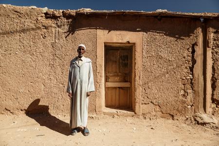 negras africanas: Freija, MARRUECOS - 29 de octubre, 2015: marroquí no identificado en un vestido largo