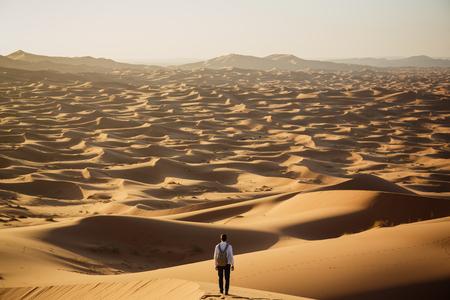 Man verloren in Merzouga woestijnduinen, Marokko