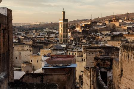 Gebouwen van Fes medina bij zonsondergang, Marokko Stockfoto