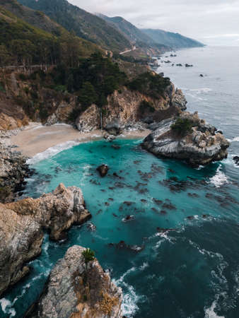 Aerial view of McWay Falls on the coast of California Standard-Bild