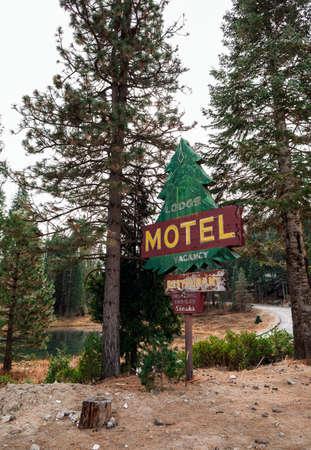 Rustic motel sign in USA Standard-Bild