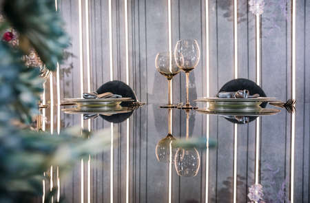 Empty glasses set in a modern restaurant Standard-Bild