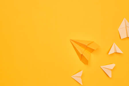 minimalism yellow paper planes on a yellow background. travel, flight, flat layer, copy space one Banque d'images