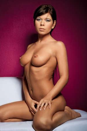 the naked girl: chica desnuda en sof� blanco