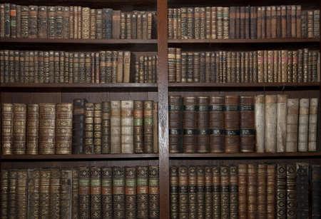 図書館: 古いライブラリで歴史的な古い本 写真素材