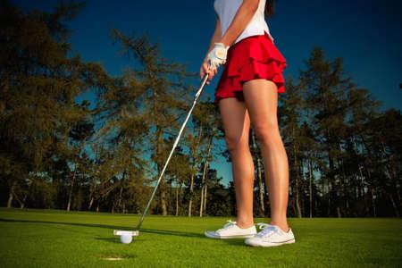 golf girl pating at green