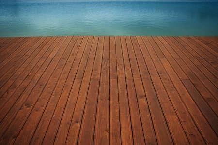 Muelle de madera y agua azul Foto de archivo