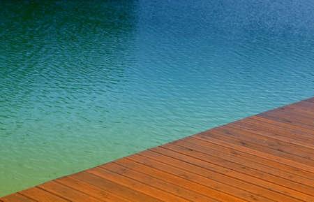 seafaring: Muelle de madera y agua azul, escena de verano