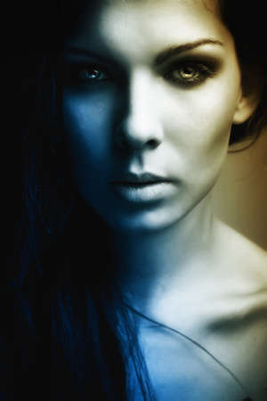 ojos azules: Retrato de misterio oscuro extravagante chica hermosa