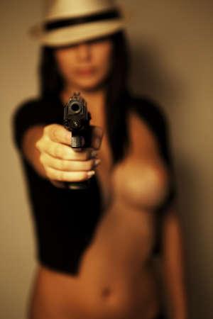 erotico: sexy ragazza glamour bella con la pistola Archivio Fotografico