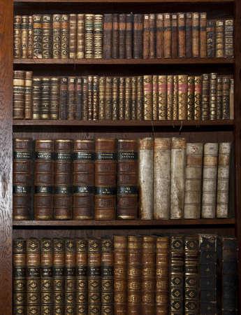 図書館: 古いライブラリで歴史的な古い本 報道画像