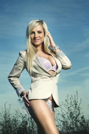 beaux seins: fille sexy en plein air l'été, de gros seins