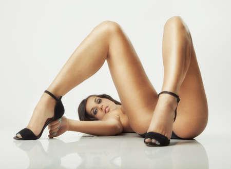 mujeres jovenes desnudas: glamour pose sexy chica tendida en el suelo blanco
