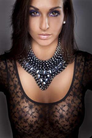 beaux seins: jolie fille en lingerie dentelle transparet, gros seins Banque d'images