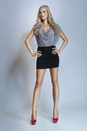 mini falda: chica de moda atractiva con las piernas largas Foto de archivo