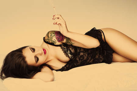 pin up vintage: tatuaggio attraente pin up girl con sigaretta Archivio Fotografico