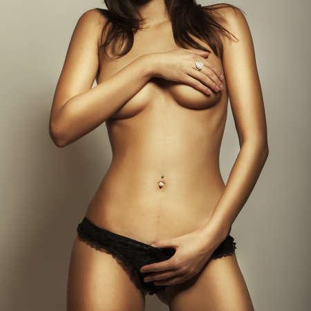 sexy fille nue: attrayante jeune fille glamour mince corps nu