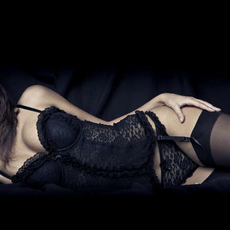 schwarze frau nackt: sexy junge M�dchen mit gro�en Br�sten in schwarzen Dessous