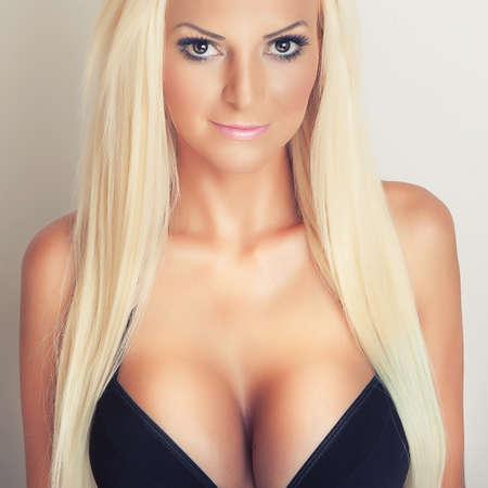 pechos: atractivo retrato de una chica rubia con grandes pechos