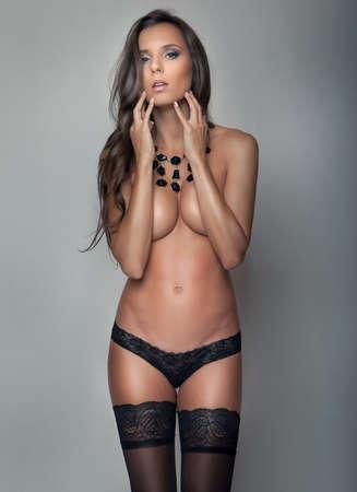 mujeres desnudas: Joven mujer delgada atractiva en ropa interior negro