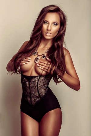 junge nackte m�dchen: Junge schlanke Frau in sexy schwarzen Dessous