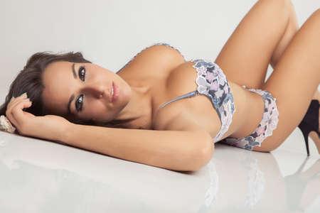 сексуальная привлекательная девушка с большой грудью в нижнем белье Фото со стока