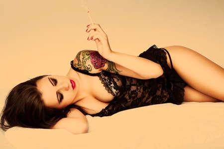 pin up vintage: tatuaggio attraente pin up girl con sigaretta Archivio Fotografico