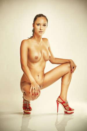 hot breast: гламур привлекательная девушка с красными каблуками, большими грудями