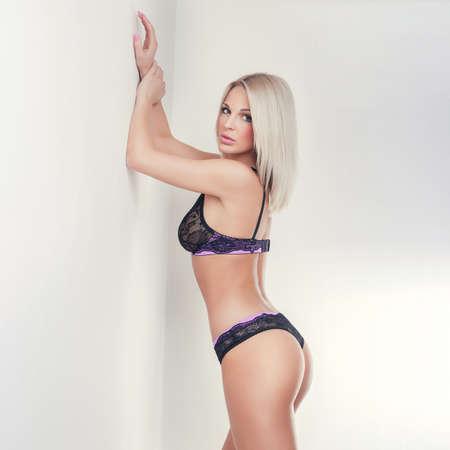 junge nackte m�dchen: attraktives blondes M�dchen in der Spitzew�sche, Po ohne Cellulite
