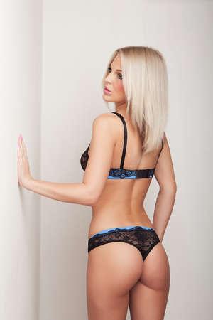 culetto di donna: attraente ragazza bionda in lingerie nera, carino culo