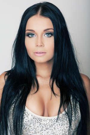 femme brune sexy: portrait attrayant brune jeune fille aux yeux bleus