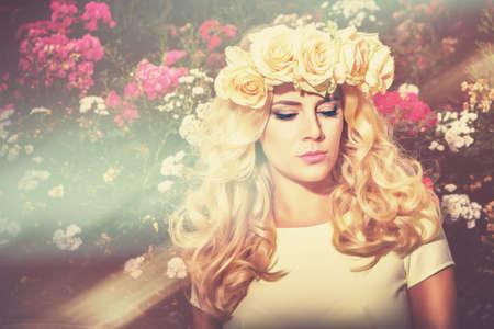 Sun flower: bunten romantischen Mädchenportrait im Sonnenlicht mit Blume Rose