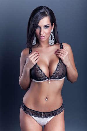 сексуальная привлекательная брюнетка девушка с большой грудью в нижнем белье