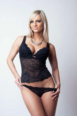 schwarze frau nackt: sexy attraktive blonde Mädchen in schwarzen Dessous Lizenzfreie Bilder